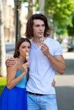 El par joven con helado Foto de archivo libre de regalías