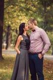 El par joven en amor camina en naturaleza fotografía de archivo