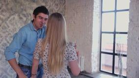 El par joven en amor está aprendiendo el estudio de la danza almacen de video