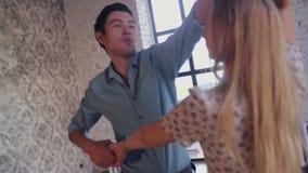 El par joven en amor está aprendiendo el estudio de la danza metrajes