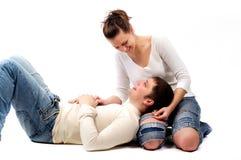 El par joven en amor está en el suelo Foto de archivo libre de regalías