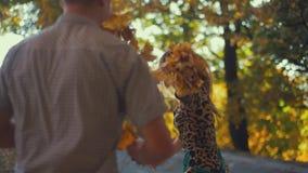 El par joven está jugando con uno a en el parque de la ciudad Metas de los pares Disfrutando del tiempo junto Lazos románticos metrajes