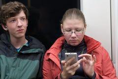 El par joven está viajando en Londres subterráneo Foto de archivo libre de regalías