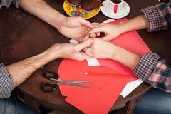 El par joven feliz se prepara para el día de tarjeta del día de San Valentín Imagenes de archivo