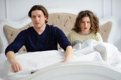 El par joven ha dormido más de la cuenta Imágenes de archivo libres de regalías