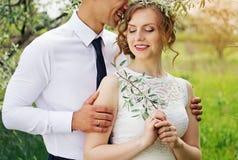 El par joven hermoso está abrazando boda imagen de archivo