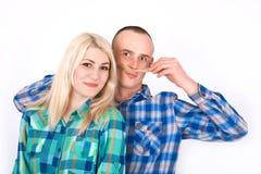 El par joven hermoso está haciendo caras usando el pelo como bigote fotografía de archivo