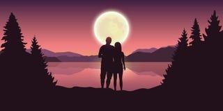 El par joven mira a la Luna Llena el lago hermoso stock de ilustración