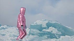 El par joven se divierte durante paseo del invierno contra el fondo del hielo del lago congelado Los amantes se están divirtiendo metrajes