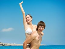El par joven se está divirtiendo en la playa Fotos de archivo libres de regalías