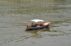 El par joven va canotaje rio abajo a Moldava, Checo Fotos de archivo