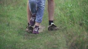 El par joven va en una trayectoria de bosque metrajes