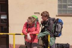 El par joven wating para el tren en la pequeña estación de tren en Checo Fotos de archivo libres de regalías