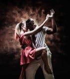 El par joven y atractivo baila la salsa del Caribe fotos de archivo