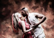 El par joven y atractivo baila la salsa del Caribe fotos de archivo libres de regalías