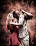 El par joven y atractivo baila la salsa del Caribe foto de archivo