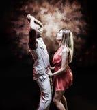 El par joven y atractivo baila la salsa del Caribe imagenes de archivo