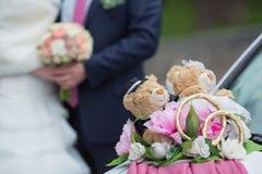 El par juega el oso de peluche Fotografía de archivo libre de regalías