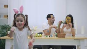 El par lindo colorizing con una ayuda de la brocha de Pascua, en el fondo borroso Los pares infantiles vinieron