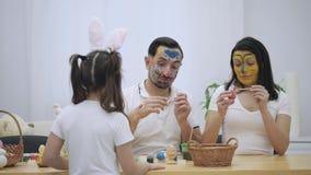 El par lindo colorizing con una ayuda de la brocha de Pascua Repentinamente, notaron que es su hija