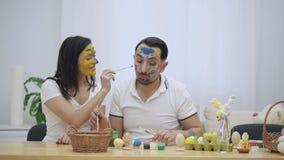El par lindo colorizing con una ayuda de la brocha de Pascua Repentinamente, notaron que estamos mirando