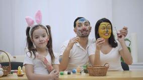 El par lindo colorizing con una ayuda de la brocha de Pascua Su hija dice: 'Vergüenza en usted que he crecido