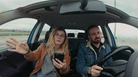 El par lindo del inconformista conduce el coche en el roadtrip almacen de metraje de vídeo