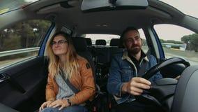 El par lindo del inconformista conduce el coche en el roadtrip metrajes