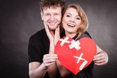 El par lleva a cabo el corazón quebrado unido a en uno foto de archivo libre de regalías