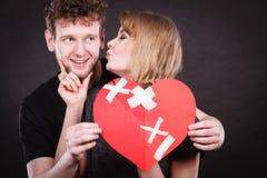 El par lleva a cabo el corazón quebrado unido a en uno fotografía de archivo libre de regalías