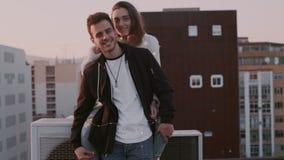 El par milenario lindo ríe y sonríe en puesta del sol almacen de metraje de vídeo