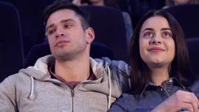 El par mira película en el cine metrajes