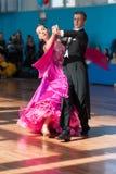 El par no identificado de la danza realiza programa del estándar Youth-2 Fotos de archivo libres de regalías