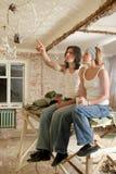 El par piensa en la reparación en el plano Imagen de archivo libre de regalías
