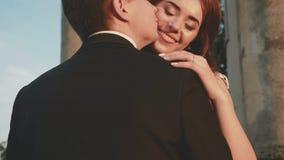 El par precioso de la boda se acaricia en abrazos en el castillo antiguo metrajes