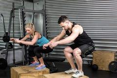 El par que hace la caja salta en gimnasio Fotografía de archivo libre de regalías