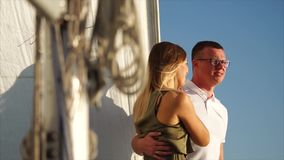 El par rico de turistas se está basando sobre un yate de lujo en un mar almacen de metraje de vídeo