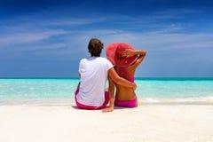 El par romántico del viajero sienta en las playas tropicales Fotografía de archivo libre de regalías