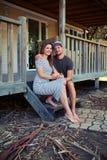 El par romántico elegante apacible se sienta en las escaleras cerca del resto Imagenes de archivo