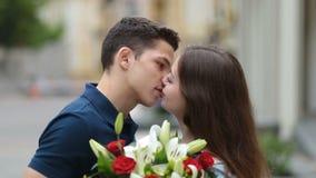 El par romántico en el frotamiento del amor sospecha al aire libre almacen de video
