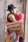 El par romántico está abrazando. imágenes de archivo libres de regalías