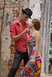 El par romántico quiere besarse. Fotografía de archivo