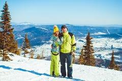El par se está colocando en las montañas en invierno Foto de archivo