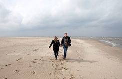 El par se está ejecutando en la playa Imagen de archivo libre de regalías