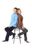 El par se sienta en taburete de barra de nuevo a la parte posterior Foto de archivo libre de regalías