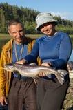 El par sostiene un salmón hermoso Fotos de archivo libres de regalías