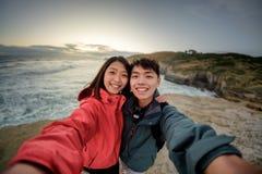 El par toma imagen del selfie en el paisaje costero cerca de Dunedin en Nueva Zelanda fotos de archivo