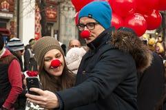 El par toma un selfie con smartphone Foto de archivo