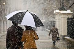 El par toma una caminata romántica en la nieve Fotos de archivo