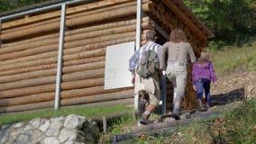 El par viene a la pequeña casa de madera